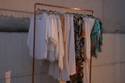 Kleidung in verschiedenen Schnitte Formen weiß und bunt